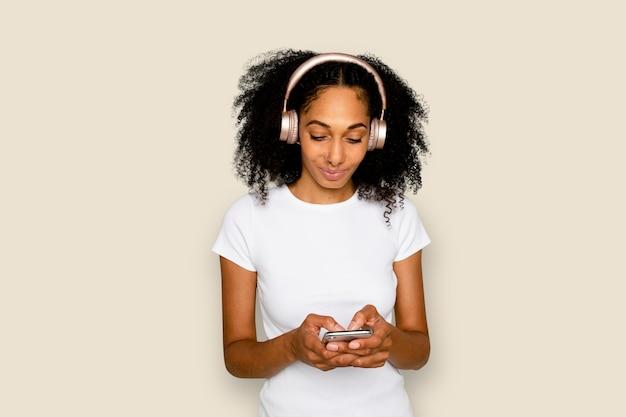 웃는 여자 문자 메시지 및 음악 디지털 장치 듣기