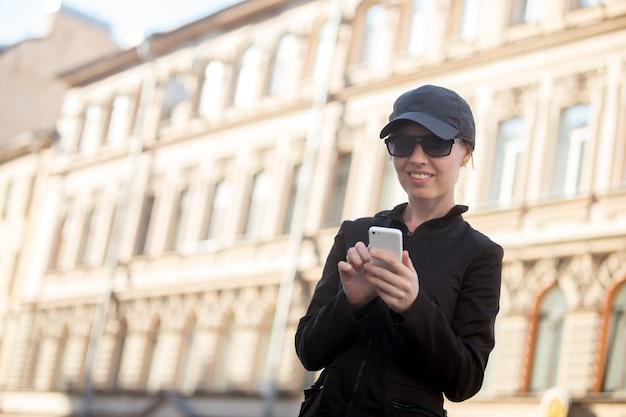 Улыбка женщины касаясь его телефон