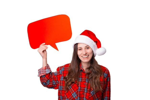 크리스마스 모자를 쓰고 웃는 여자가 거품 연설을 들고 있다.