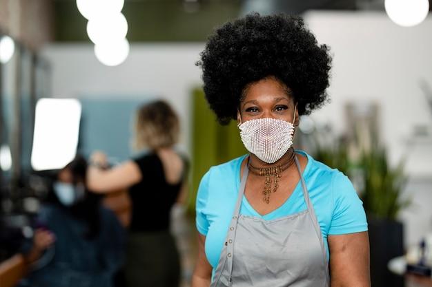 뉴 노멀 기간 동안 마스크를 쓰고 웃는 여성