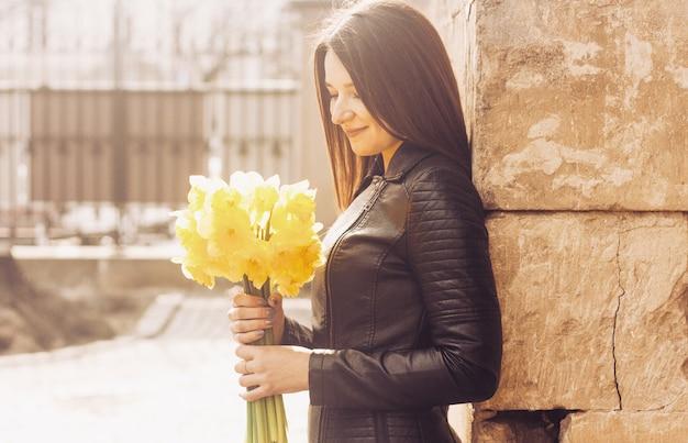 꽃의 무리와 함께 웃는 여자.