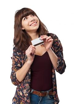 Улыбка женщины с помощью кредитной карты
