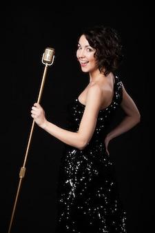 Улыбка женщины с микрофоном
