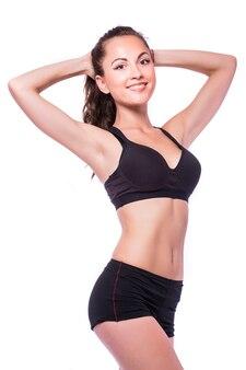 Donna sorridente con bel corpo dopo la dieta, isolato su bianco con copyspace per il testo