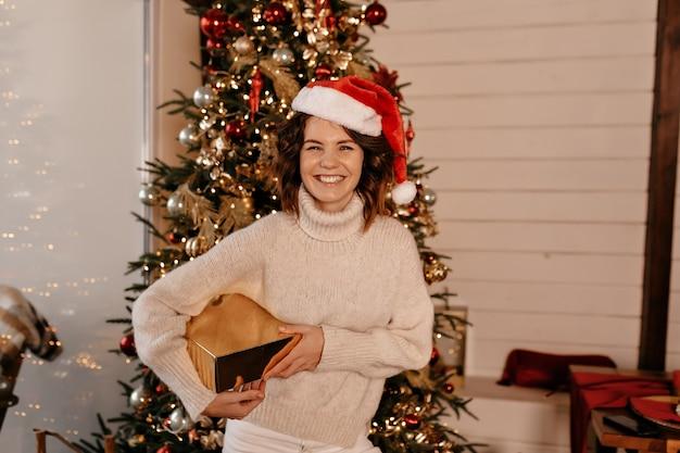 Donna sorridente con regalo di natale