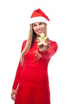 Donna sorridente con una persona biscotto