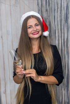 クリスマススタジオでシャンパングラスと笑顔の女性