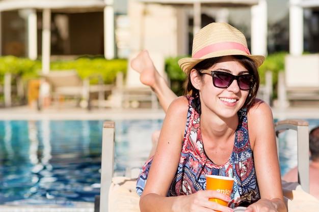 Donna sorridente con un bicchiere