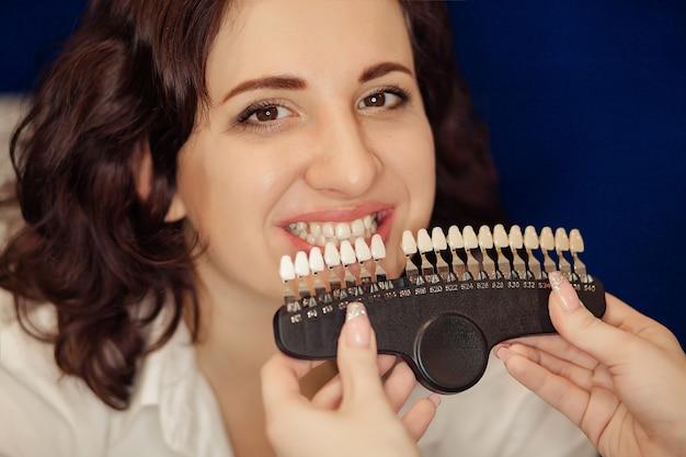 Улыбается женщина с здорового отбеливания зубов. концепция стоматологической помощи.