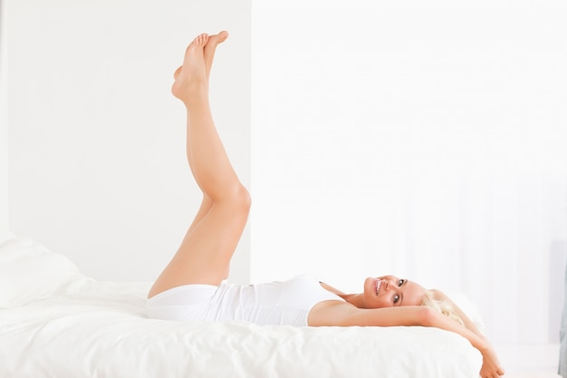 脚を持つ笑顔の女性