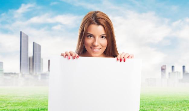 白い看板と笑顔の女性