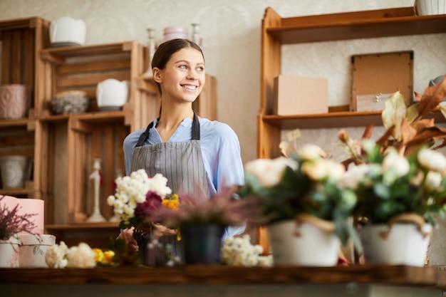 フラワーショップで働く笑顔の女性