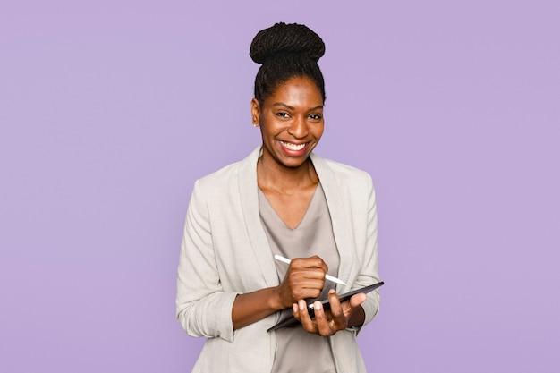 タブレットデジタルデバイスでメモを書く笑顔の女性