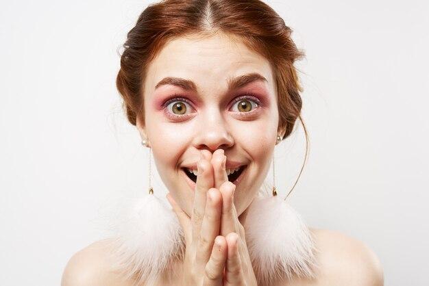 웃는 여자 벌거 벗은 어깨 밝은 메이크업 귀걸이 근접 촬영