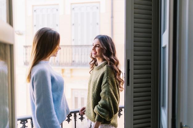 Улыбающиеся женщины на балконе