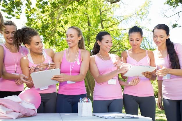 乳がんの意識のための女性組織イベントを笑顔で
