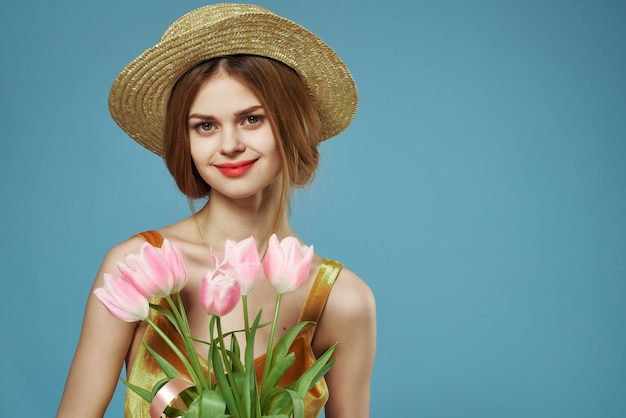 Улыбающиеся женщины с букетом цветов в шляпе весенний праздник