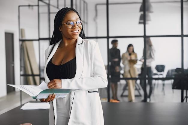 オフィスで働く若いアフリカ系アメリカ人実業家の笑顔。ビジネスコンセプト。