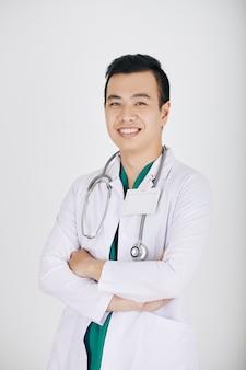若いアジアの一般開業医の笑顔