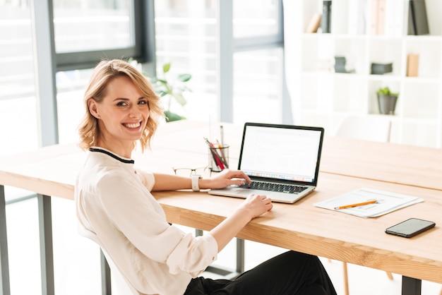 若いビジネス女性の笑みを浮かべてください。
