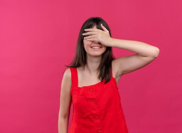 복사 공간이 격리 된 분홍색 배경에 손으로 눈을 감고 웃는 젊은 백인 여자