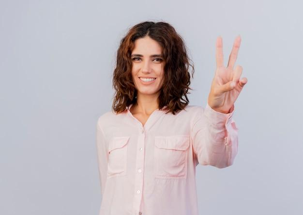 Улыбающаяся молодая девушка кавказской жесты