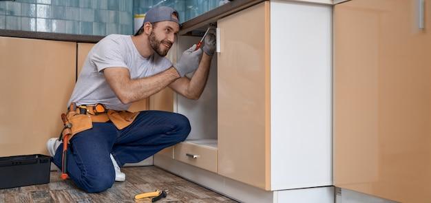 キッチンで働く若い白人のホームマスターの笑顔