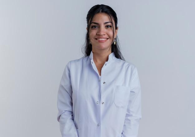 孤立しているように見える医療ローブを着て笑顔の若い女性医師