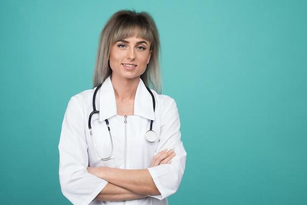 Улыбается молодая женщина-врач со стетоскопом