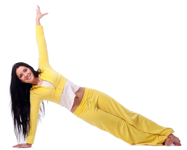 Улыбающаяся молодая девушка занимается фитнесом