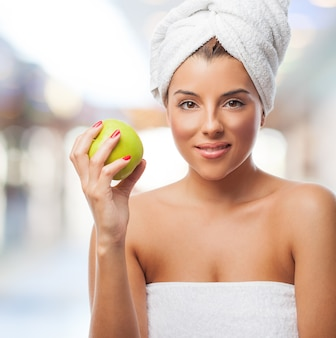 タオル保持リンゴに若い女の子を笑顔