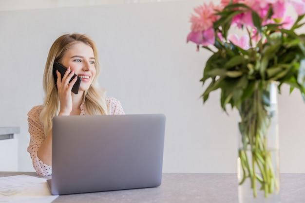 携帯電話で話している若い女の子の笑顔