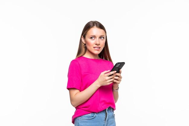 Messaggi di testo sorridente della ragazza sul suo cellulare, isolato