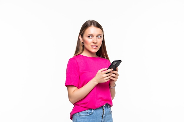 Улыбающаяся молодая девушка обмен текстовыми сообщениями на своем мобильном телефоне, изолированные