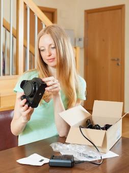 새로운 디지털 카메라를 풀고 웃는 어린 소녀