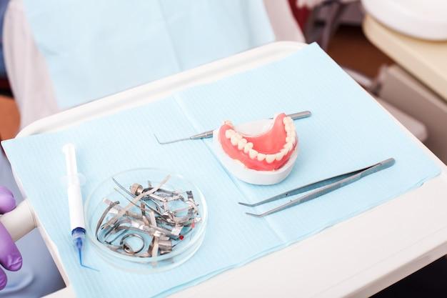 歯科医院で歯科検診を待っている笑顔の若い男