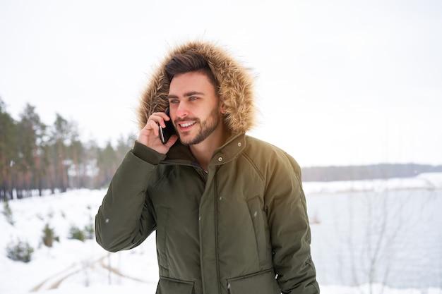 Улыбающийся молодой человек зима
