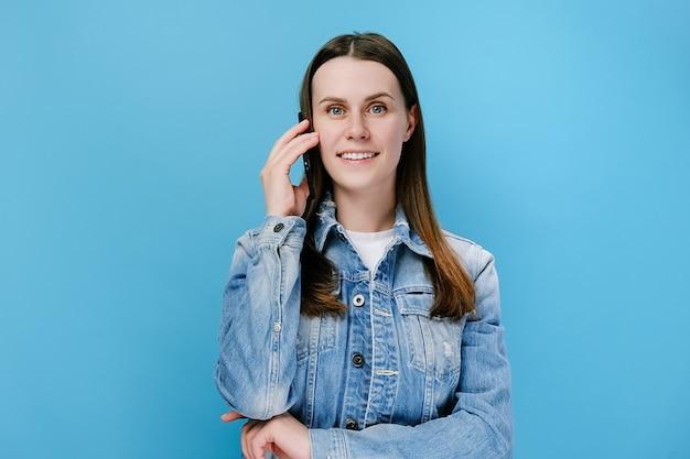 웃는 젊은 천년 여자 전화 통화