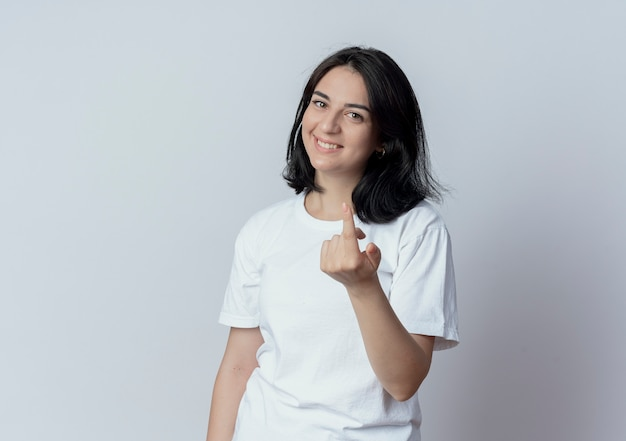 Sorridente giovane bella ragazza caucasica facendo venire qui gesto in telecamera isolata su sfondo bianco con copia spazio