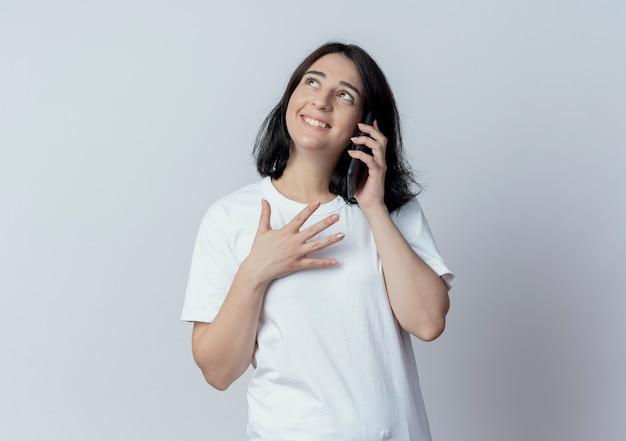 전화로 얘기하고 복사 공간 흰색 배경에 고립 찾고 웃는 젊은 예쁜 백인 여자