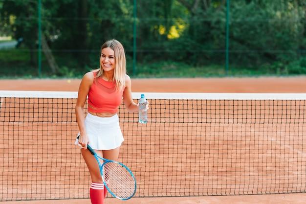 テニスをしているスポーティな少女の笑顔
