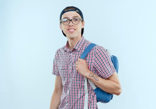 白のバックバッグとメガネとキャップを身に着けている若い学生の男の子