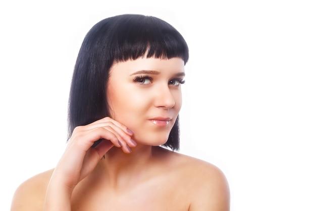 まつげエクステ手順後の笑顔の若い女性。長いまつげを持つ女性の目。まつ毛。孤立。