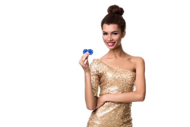 彼女の手で2つのチップを保持している笑顔の若い女性