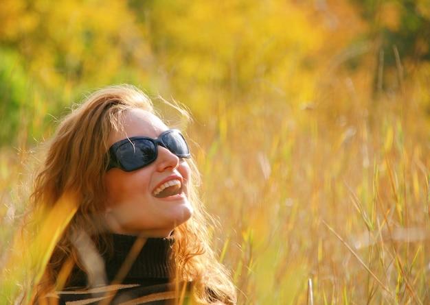 가 공원에서 웃는 젊은 여자