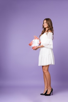 Улыбающаяся молодая женщина в летнем платье