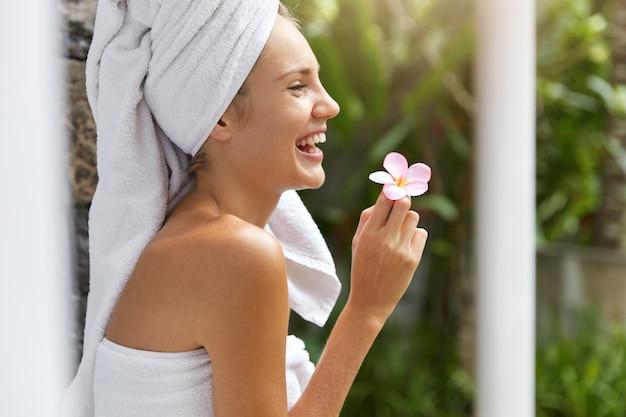 タオルで笑顔の若い女性