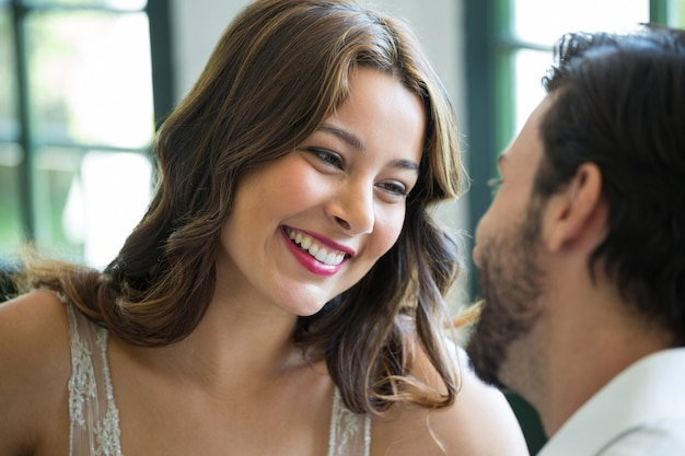 레스토랑에서 남자를보고 웃는 젊은 여자