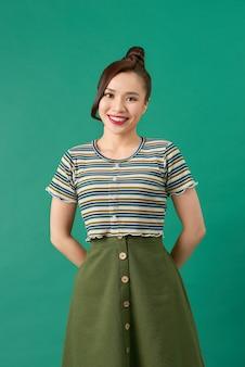 緑の上の若い女性の笑顔