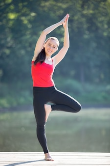 Улыбаясь молодая женщина на открытом воздухе обучение